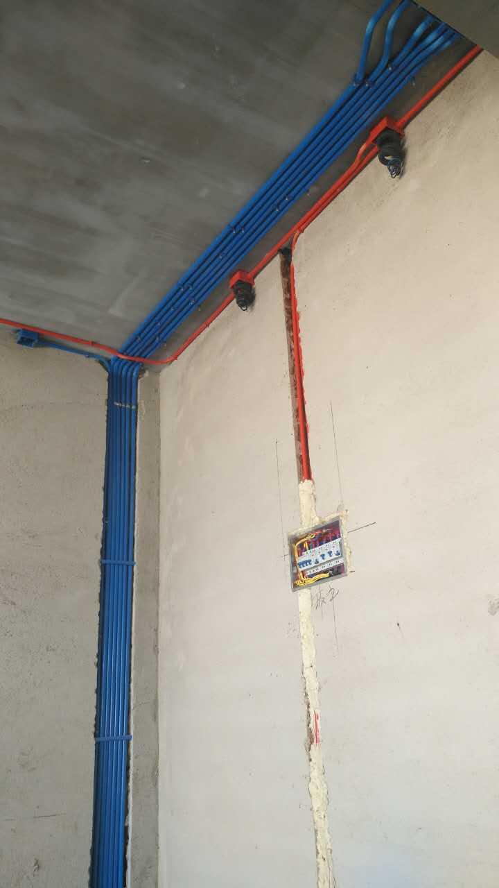 新房:一般都以弱电增加端口,强电增加插座位置为主,所有施工均须从最近的插座引线到达所指定的位置。于拐角位置做120度的角,活管活线。此外,强弱电的距离要≥30公分,墙面的横开槽≤50公分。电话线与电视线不可是一根同管布线,在弱电施工中,弱电入户到指定端口中不可有任何接头。   老房:老房的电路改造会更加麻烦,例如,首先得查看电线,看其是否是铜线;再看户内闸箱是不是分路控制的,通常情况下,闸箱除了主闸会分五个回路,像普通插座、照明、卫生间、厨房及空调等。此外,特别要注意的的是查看电表,看是
